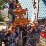 地元のお祭で神輿の上に乗せてもらいました〜♪